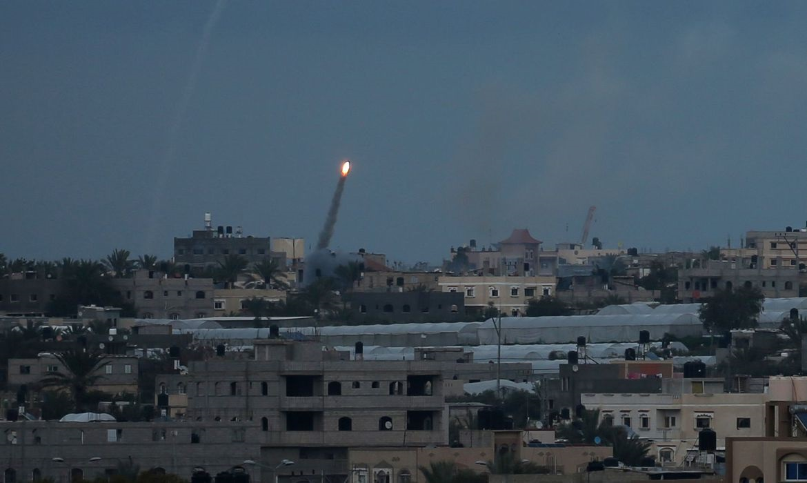 Read more about the article Israel e Hamas intensificam bombardeios